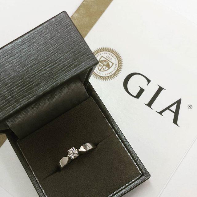 Klasyczny pierścionek zaręczynowy z certyfikowanym brylantem #GIA Na specjalną okazję zaręczyn, której nigdy nie chcemy zapomnieć.