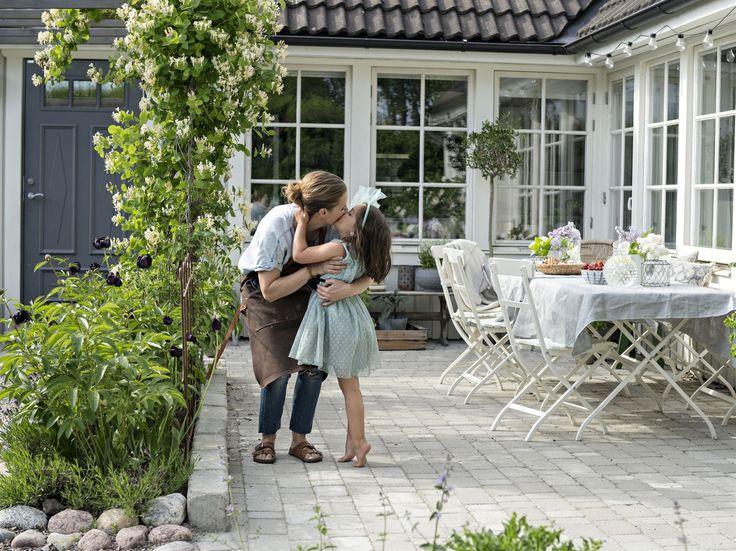 Den skyddade innegården är hela familjens favoritplats under sommarhalvåret. Här tillbringas många ljumma och ljusa sommarkvällar. Trädgårdsmöbler kommer från Ikea.