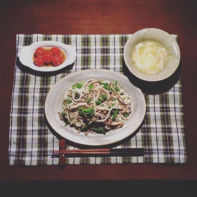 【chie810409】さんのInstagramの写真をピンしています。《力尽きる…* ここ数日の暑さがぶり返している中での焙煎ですっかりバテ、簡単な麺類で🙏🏻 ・大人の塩焼きうどん ・プチトマトのポン酢漬け ・もやしと卵のスープ @ariko418 有子さんの著書とインスタで拝見し作りたいと思っていた大人の塩焼きそば🍝 元のレシピはピーマンと椎茸と塩昆布なのですが、夫👳🏾が絶対、お肉入ってないの〜😩?といいそうなので、 青椒肉絲的にお肉入れてもおいしそう💡と挽肉を入れ、そして中華麺ではなくうどんでやるという、もう有子さんのものとは別物になってしまってますが🙈、とってもおいしかったですー☺️ 2016,10.20.木 #おうちごはん #夜ごはん #夕飯 #晩酌 #家飲み #arikoの食卓もっと食べたい #アレンジで原型とどめてない #有子さん申し訳ございません🙇🏻 #おいしい #yummy #器 #中園晋作 #中田雄一 #林 #foglinenwork #food #foodpics #foodporn #foodstagram #vscocam…