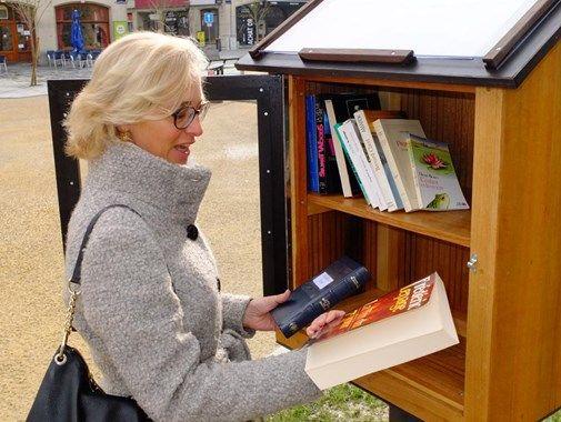 La bibliothèque installe des boîtes à livres : Une des boîtes à livres est placée sur la Grand-Place, au pied de l'escalier qui mène à la fontaine.