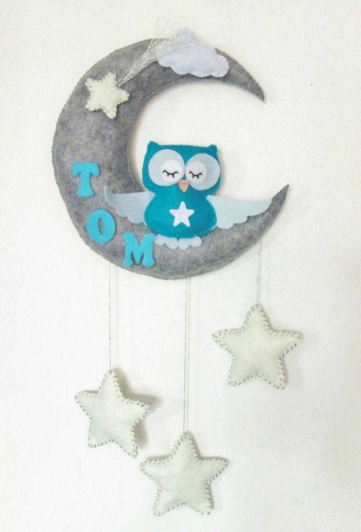 Mobile bébé ou plaque de porte pour chambre d'enfant. Un hibou la tête dans les étoiles sous la lune. Décoration : Jeux, peluches, doudous par pack-et-cadeau