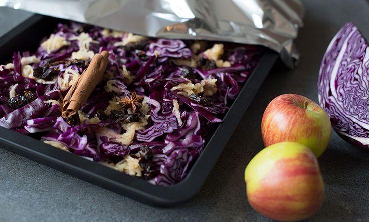 Hjemmelaget rødkål med fiken og eple smaker fantastisk som tilbehør til både svineribbe, pinnekjøtt, and og kalkun.