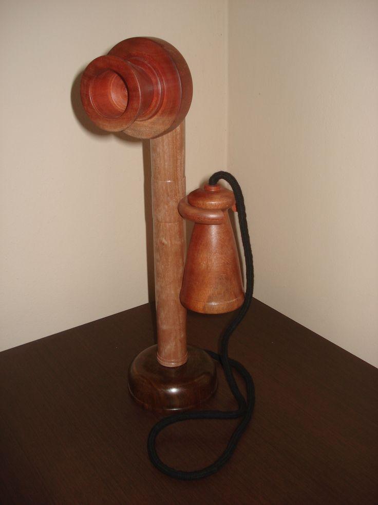 Inspirado em um telefone antigo.  Madeiras: canela preta, pau-jacaré e cedro vermelho. Por Giovani Lazzarotti.