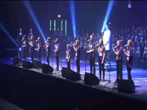5000 Children Sing Gary Barlow's Golden Jubilee Anthem 'Sing' - YouTube