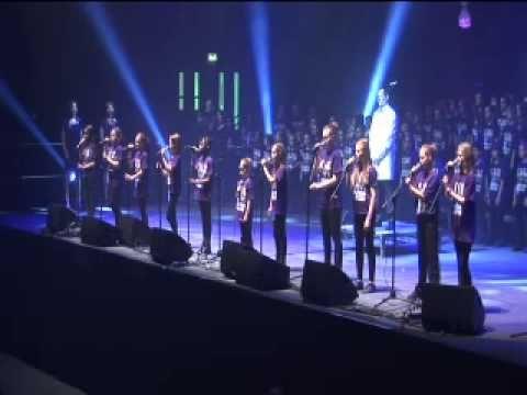 5000 Children Sing Gary Barlow's Golden Jubilee Anthem 'Sing' - YouTube