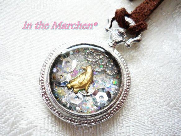 シンプルで小さなメルヘン世界。持ち歩けるひとつの世界。銀色の懐中時計型の中に、白銀を基調としたスパンコールや金属片、偏光フィルムなどを入れて、真ん中の金のペン...|ハンドメイド、手作り、手仕事品の通販・販売・購入ならCreema。
