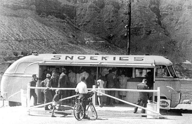 'Snoekies'. the take-away cafe at Hout Bay Mr Hans Mickeleit's old bus which he converted into a cafe and positioned at the end of Harbour Road, next to the West Fort.  | Flickr - Photo Sharing!