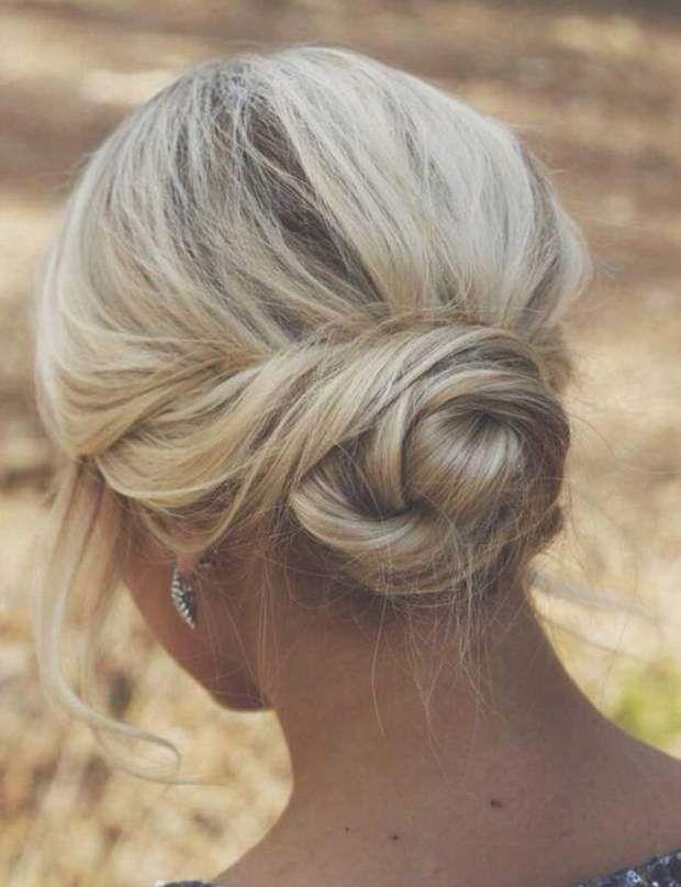 Un chignon torsadeUne coiffure encore plus jolie quand elle est un peu floue et imparfaite.