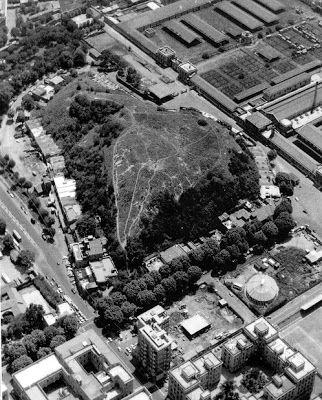 ACCUMULER. Monte Testaccio, un immense dépotoir romain constitué de tessons d'amphores accumulés durant l'Antiquité, situé entre le mur d'Aurélien et le Tibre, à l'extrémité sud des fortifications.