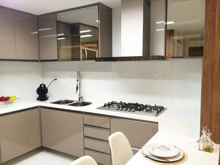 """73 curtidas, 3 comentários - Liv Móveis Planejados (@livmoveis) no Instagram: """"Cozinha #livmoveis Projeto da arquiteta @marialuizanegreiros Laca, Reflecta Bronze e NanoGlass.…"""""""