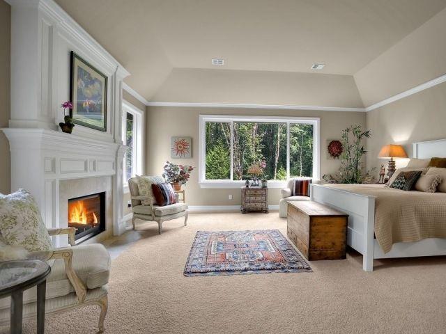 Wandfarben im Schlafzimmer-neutral für harmonisches Bild-Teppichboden-Kamin