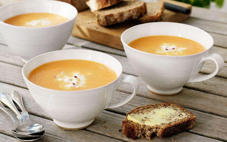 Rustik och färgglad morotssoppa som serveras med egen smaksatt cottage cheese.