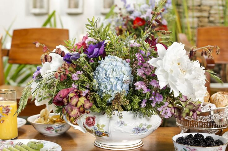 Decoramos o nosso cantinho de chá com arranjos desconstruídos, em um mix de matinhos e flores coloridas, feitos pelo Marcinho Leme, da Milplantas.Misturamos orquídeas denphal, peônias brancas, galho de amora, hortênsias eanêmonas.