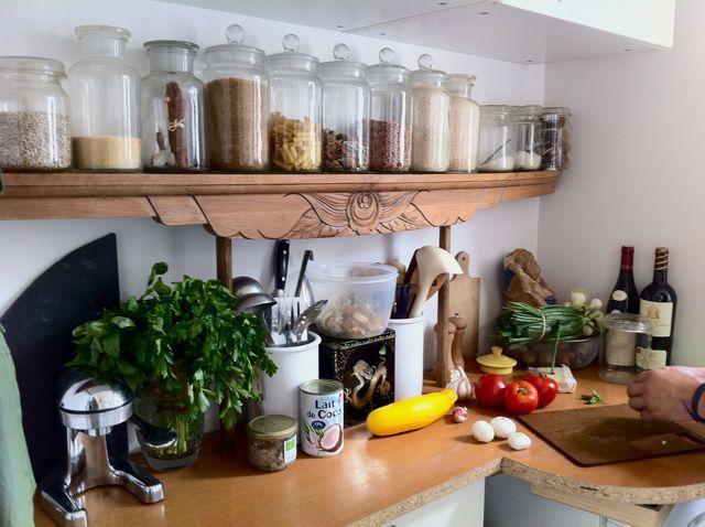 La cuisine récup' : une planche d'une armoire et une planche de bureau trouvées dans la rue ! - Upcycled kitchen with wood boards found in the street.