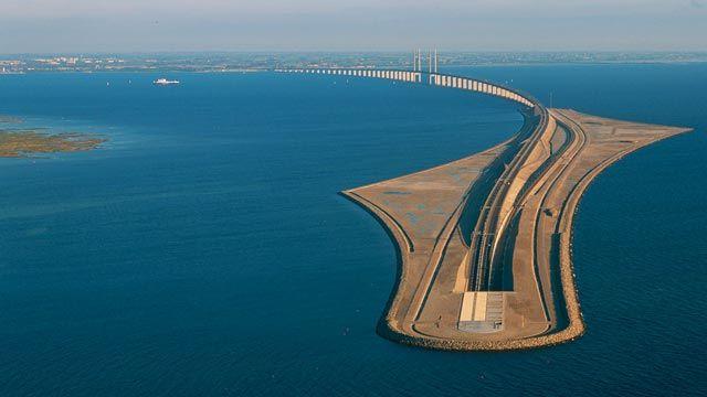 Bei dem abstrakten Bau handelt es sich um Öresundbrücke, Drogdentunnel und die Insel Peberholm, die Dänemark und Schweden verbinden.