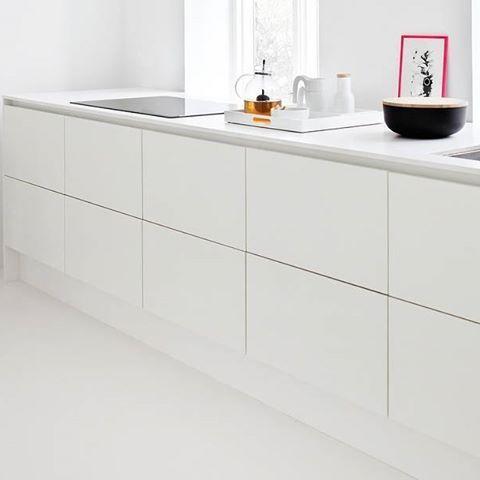 """""""Keep it simple"""" er filosofien bag den spartanske og æstetiske indretning hos Mette og Kasper i deres smukke bolig i Kartoffelrækkerne i hovedstaden - helt enkelt og minimalistisk med et hvidt WBL-køkken. Så enkelt kan et smukt køkken skabes."""