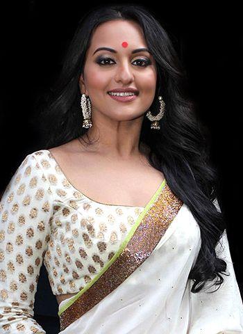 Sonakshi Sinha sports nine saris in Sanwar Loon from Lootera!