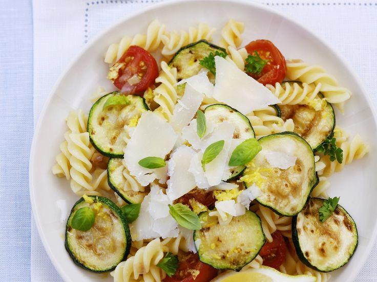 Italienischer Nudelsalat mit Zucchini, Tomaten und Parmesan | http://eatsmarter.de/rezepte/italienischer-nudelsalat-mit-zucchini-tomaten-und-parmesan