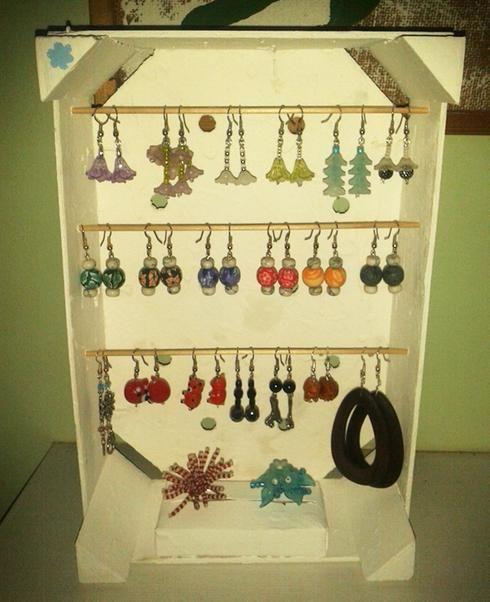 Étagère à bijoux avec caisse de clémentines