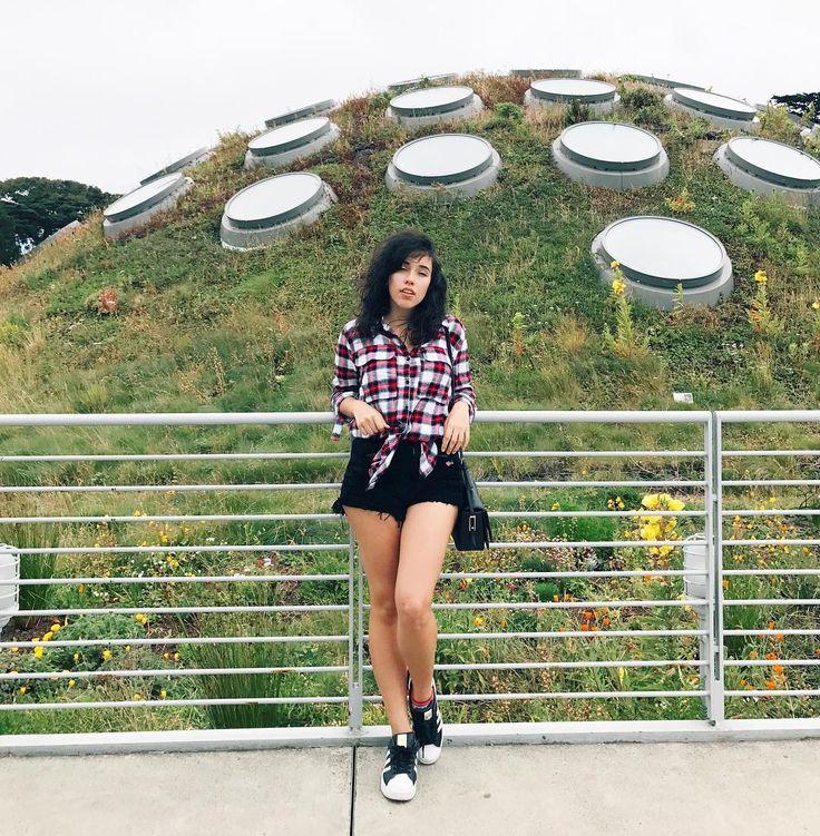 Look de Bruna Vieira em San Francisco - Estados Unidos. Camisa xadrez, short jeans preto e tênis Adidas.