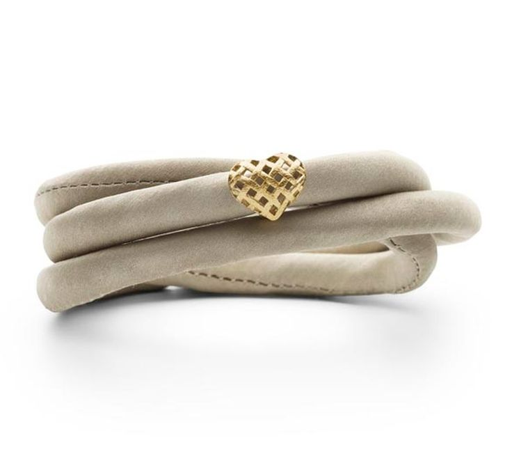 STORY armbånd der udført i sandfarvet silke. Hjertelåsen er forgyldt, og giver armåndet et varmt og smukt udtryk.