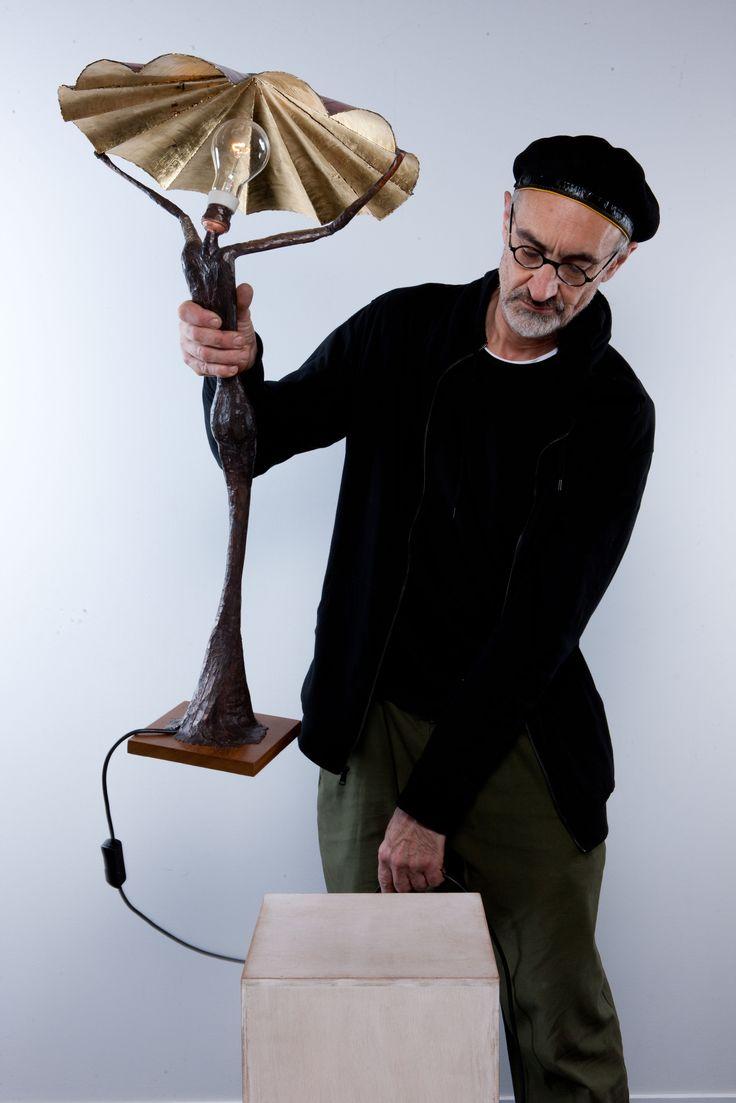 """""""La Mariée"""" 2012 - Lampe à poser, corps en cuivre modelé avec un alliage d'étain patiné, hauteur 0.95 mètre. Réflecteur en cuivre oxydé rouge/brun/orangé, feuilles de cuivre fin pour la réflection de la lumière, largeur 0.50 mètre. Ampoule claire + variateur sur fil. Socle Iroko massif."""