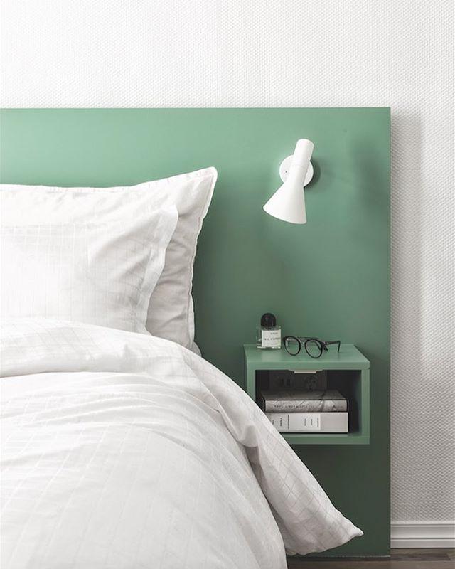 Den grønne farve på hovedgærdet og natbordet, skaber en rolig og luksuriøs stemning i dit soveværelse. Den hvide lampe fra Arne Jacobsen giver et rent og eksklusivt udtryk på den grønne baggrund. Tekst: Linn Carin Dirdal Foto: Niklas Hart #grøn #soveværelse #bobedre