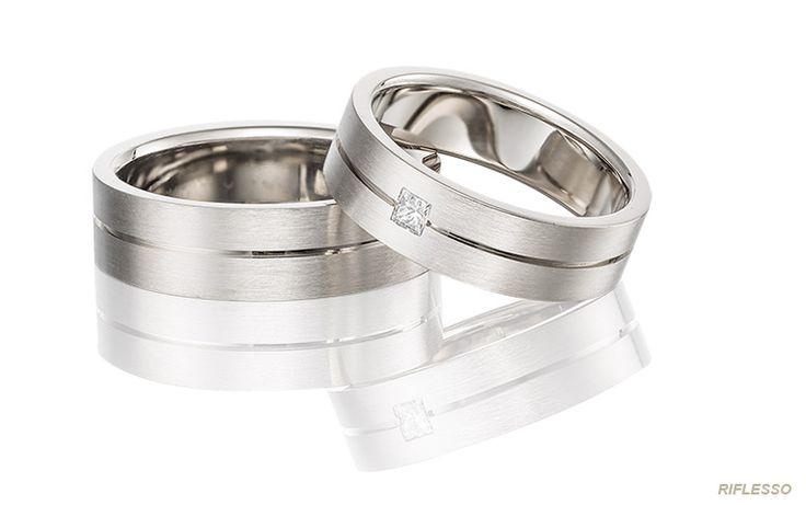 Trouwring van wit goud met een vierkante diamant en een subtiel groefje. Deze stoere ringen zijn ook heel mooi in geelgoud of roségoud.