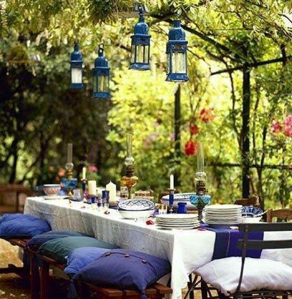 décoration de jardin coin-repas à plusieurs accents bleus
