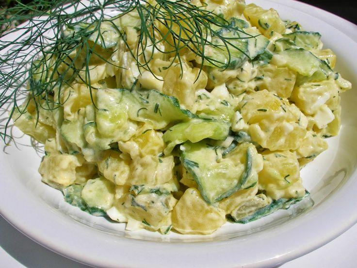 Bramborový salát s okurkou a koprem  1kg brambor 1 salátová okurka 1 cibule hrst čerstvého kopru  1PL bílého vinného octa 1 zakysaná smetana 3PL majonézy 2PL smetany sůl pepř  Brambory uvaříme ve slupce, necháme vychladnout a oloupeme. Nakrájíme na plátky. Okurku na slaboučké plátky, cibuli najemno. Vše vložíme do misky a přidáme kopr. Zakápneme vinným octem, osolíme a opepříme. Na zálivku smícháme zakysanou smetanu, majonézu a sladkou smetanu, promícháme, dochutíme. Necháme uležet.