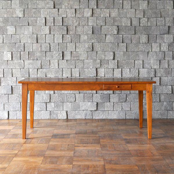 パシフィックファーニチャー 18世紀後半ごろのアメリカで誕生し、教会などで使われていたシェーカー家具をモチーフにしたシンプルなテーブルです。 テーブルクロスや来客用カトラリーの収納に便利な引き出しが1つ付いています。 素材はカバの無垢材を使用しています。