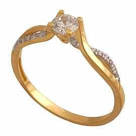 Delikatny pierścionek z centralną cyrkonią oprawioną w cztery łapki i mniejszymi cyrkoniami prawionymi w obrączce.