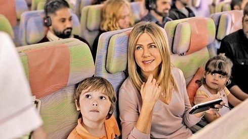 ジェニファー・アニストンがエミレーツ航空の最新キャンペーンに再登場!