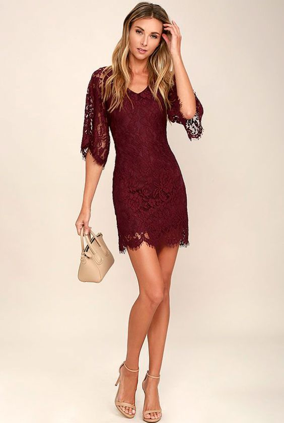 e12b258db 9 Sugestões de looks para a noite de Natal. Vestido de renda vinho,  sandália de duas tiras nude