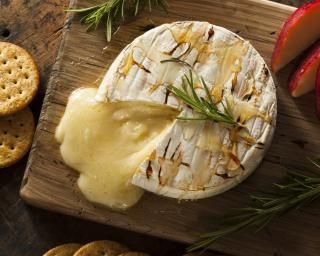 Camembert rôti pomme, miel et romarin : http://www.fourchette-et-bikini.fr/recettes/recettes-minceur/camembert-roti-pomme-miel-et-romarin.html