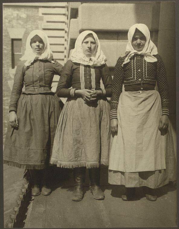 Slovak women in America around years 1906-1914