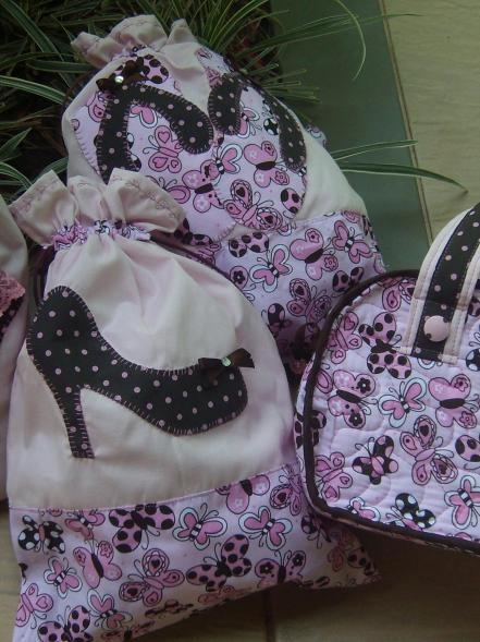 Kit viagem por Mania de Pach, Com um saco para sapatos, um saco para o chinelinho, um saquinho para a lingerie e uma frasqueira.