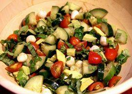 Het recept voor overheerlijke andijviestamppot houd je nog even tegoed. In de zomer wil je immers niet te warm, niet te veel en vooral niet te zwaar eten. En natuurlijk ook niet te lang koken. Daarom een heerlijk licht, fris, eenvoudig en supergezond recept voor komkommer avocado caprese salade. Caprese ofwel Insalata Caprese is de