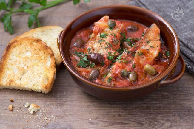 Il baccalà in umido è un secondo piatto a base di pesce molto sfizioso, con un condimento arricchito da olive,  capperi e origano!