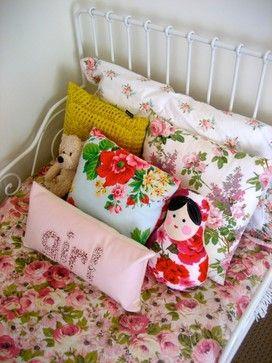 Bloemen beddengoed en kussens voor op een meisjeskamer.