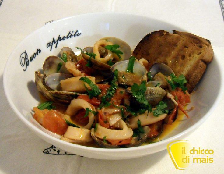 Calamari e vongole in guazzetto (ricetta secondo). Ricetta per un secondo di pesce facile e gustoso: guazzetto di pesce cotto in umido con pomodoro