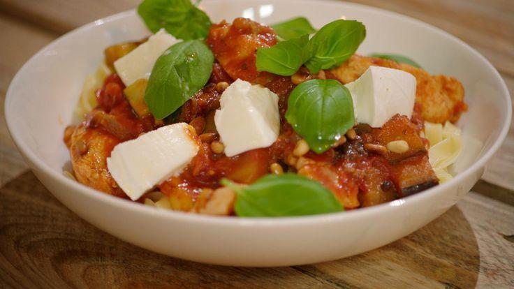 Een heel eenvoudig gerecht voor een vrijdagavond: pasta met kip, spekjes, aubergine, courgette, tomatensaus en mozzarella. Dit is typische Dagelijkse kost die iedereen lust.