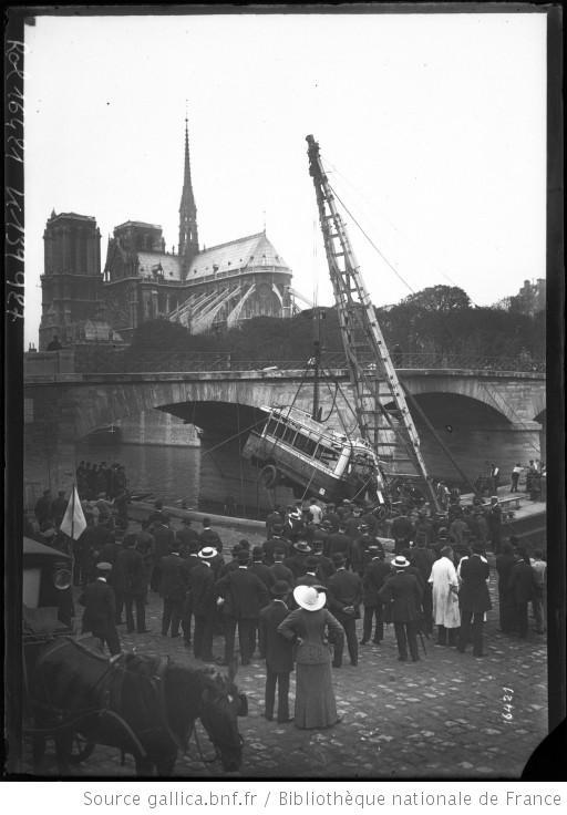Paris, 29 septembre 1911; Repêchage d'un autobus tombé dans la Seine depuis le pont de l'Archevêché. Agence Rol