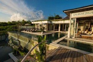 バリ島ジンバランの、美しい海の景観を持つヒルサイドビラ物件。4ベッドルーム、広いリビング、プライベートプール、Wifiを完備。  所在地:バリ島ジンバラン 価格:8,800万円 敷地面積:600㎡