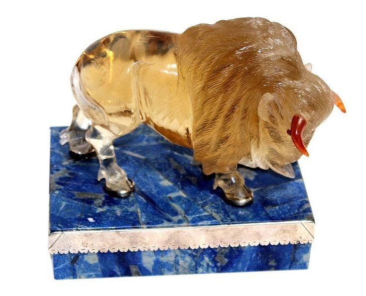 FIGURE 19th CENTURY, FABERGÉ <br> de bisonte en cristal de roca sobre peana en plata y lapislázuli con punzones de 'Fabergé'. 15x15x11 cm.