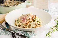 Recept voor romige champignonrisotto voor 4 personen. Met zout, olijfolie, peper, kastanjechampignons, varkenshaas, witte wijn, ui, knoflook, tijm, risottorijst, parmezaanse kaas en kippenbouillon