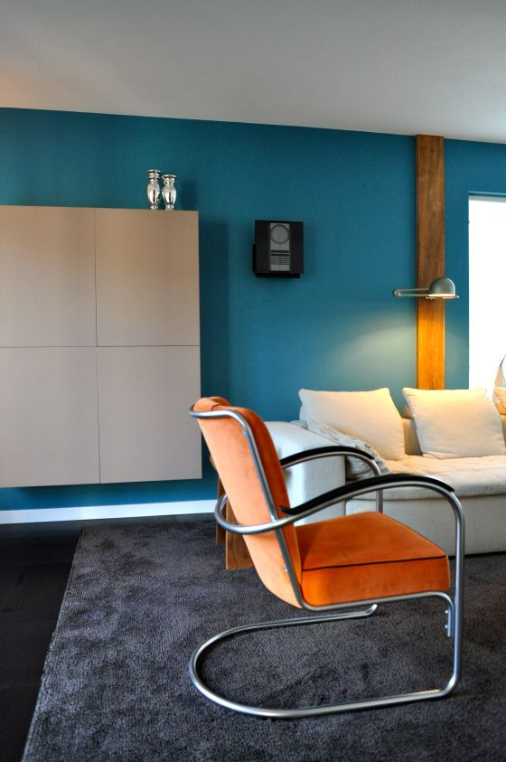 zwevende wandkast in taupe op blauwe muur na STIJLIDEE Interieuradvies en Styling via www.stijlidee.nl
