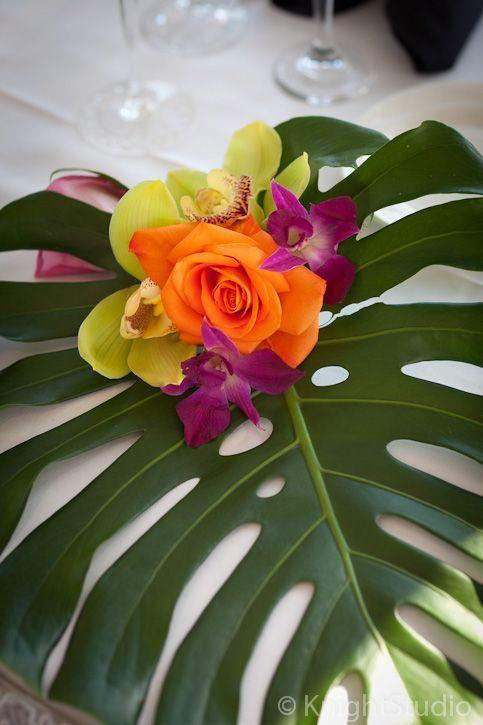 Pieza central Hojas como base y sobre ellas bouquet pequeño con orquideas y rosas