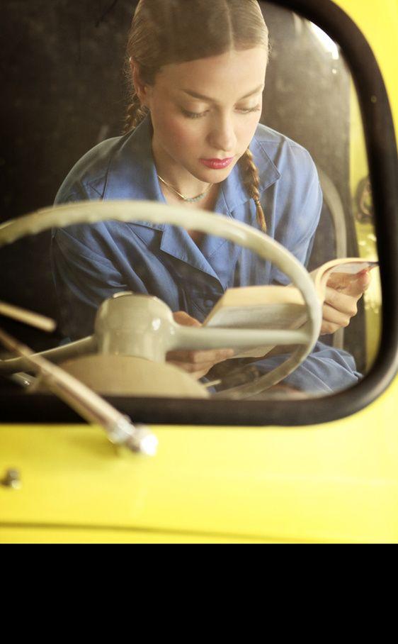 El volante de este Seat 600 amarillo también tiene propiedades mágicas: con poner las manos alrededor suyo se pueden revivir los destinos y caminos que recorrió en el pasado. Asi viste Russian Red, look 3: Seat 600