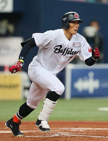 2回、オリックスの糸井がバットを折りながらも2点適時二塁打を放つ=18日、京セラドーム ▼18May2014時事通信 オリックス、満塁の攻防で流れ=ソフトバンクに3連勝-プロ野球 http://www.jiji.com/jc/zc?k=201405/2014051800215 #Yoshio_Itoi #Orix_Buffaloes